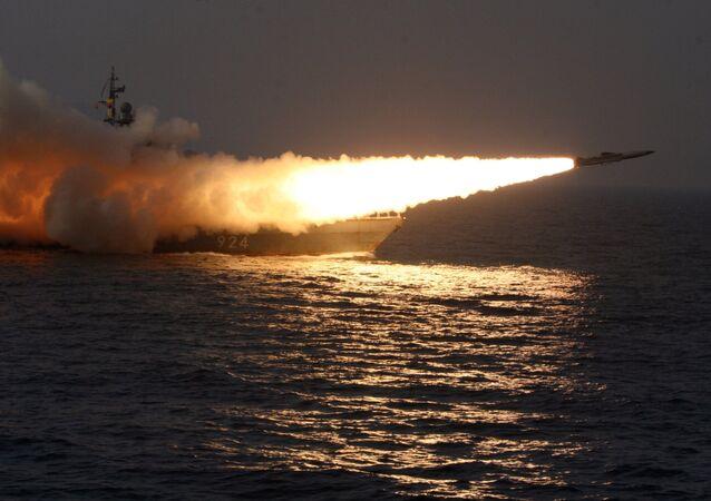 Míssil lançado do navio no mar do Japão