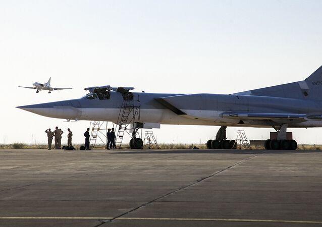 Bombardeiro russo Tu-22M3 na base aérea de Hamadã, Irã, 15 de agosto de 2016