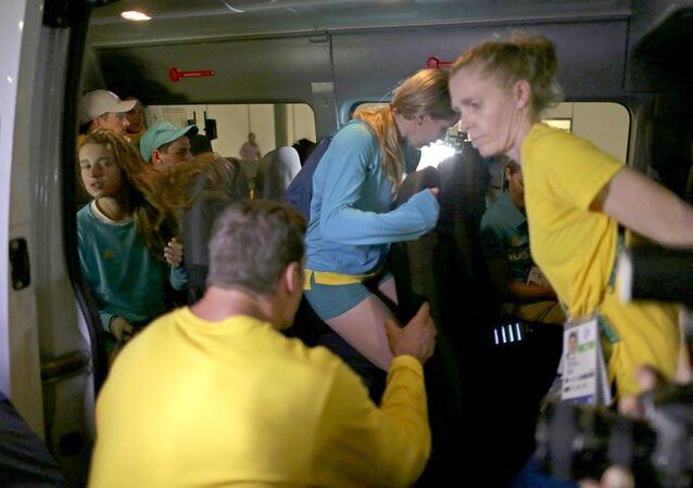 Atletas australianos deixam a delegacia após prestarem esclarecimentos