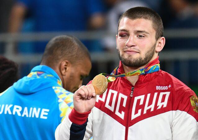 Medalhistas da luta greco-romana ucraniano Zhan Beleniuk (prata) e russo Davit Chakvetadze (ouro), 15 de agosto de 2016