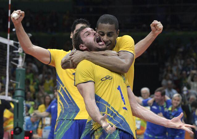 Seleção masculina de vôlei comemora título olímpico sobre a Itália