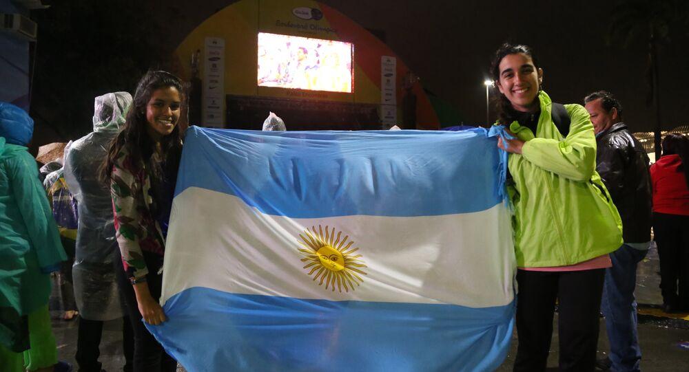 Jovens argentinas acompanham o encerramento dos Jogos Rio-2016 no Boulevard Olímpico