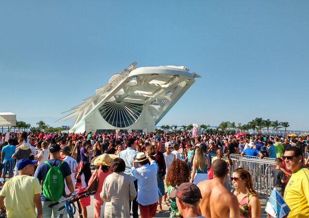 Turistas se divertem no Boulevard Olímpico do Rio de Janeiro