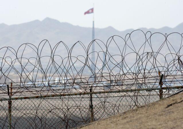 Bandeira da Coreia do Norte na zona desmilitarizada