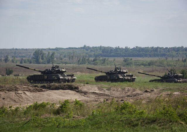 Tanques desfilam no aeródromo militar de Chuguyevo, região de Kharkov, Ucrânia, 23 de agosto de 2016