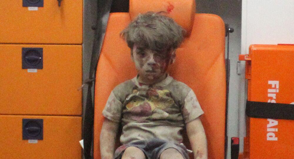 Omran Daqneesh, rapaz de cinco anos, após bombardeio contra o bairro Qaterji em Aleppo, 17 de agosto de 2016