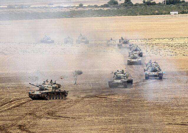 Tanques do exército da Turquia perto da fronteira síria