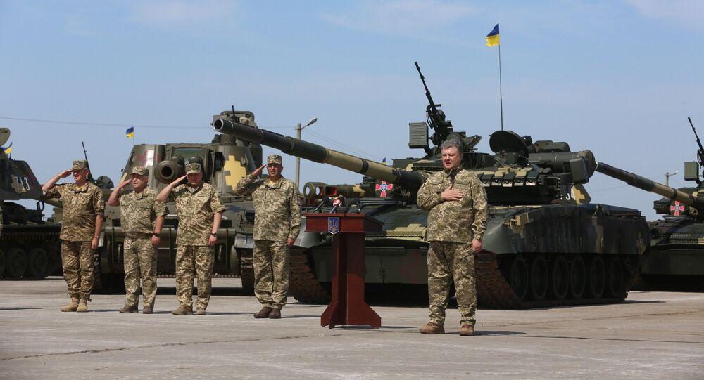 Presidente ucraniano Pyotr Poroshenko faz discurso perante militares das Forças Armadas do país no aeródromo de Chuguyevo, Ucrânia, 23 de agosto de 2016
