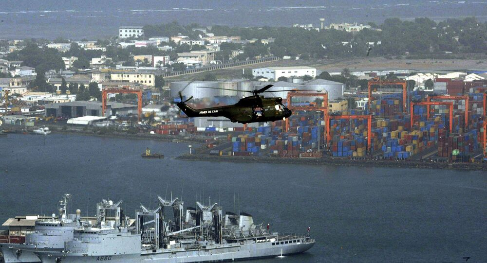 Helicóptero sobrevoa o porto de Djibouti, Djibuti (foto de arquivo)