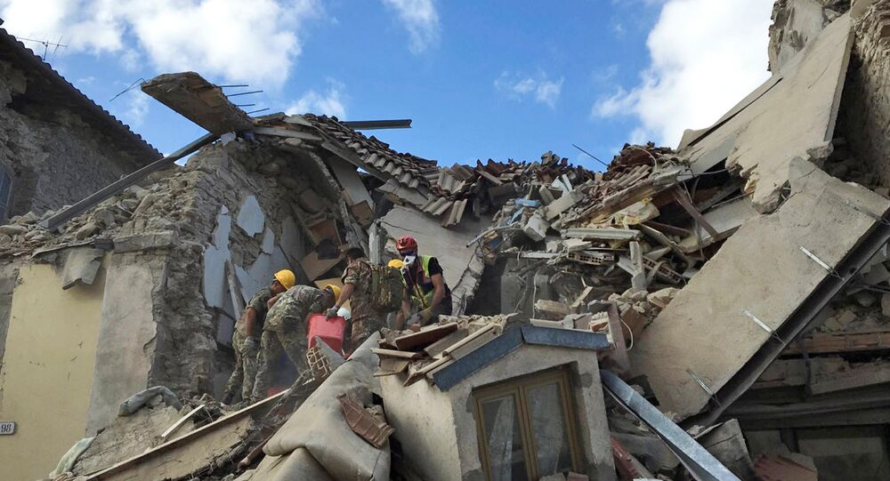 Equipes de resgate procuram sobreviventes após devastador terremoto no centro da Itália, 24 de agosto de 2016
