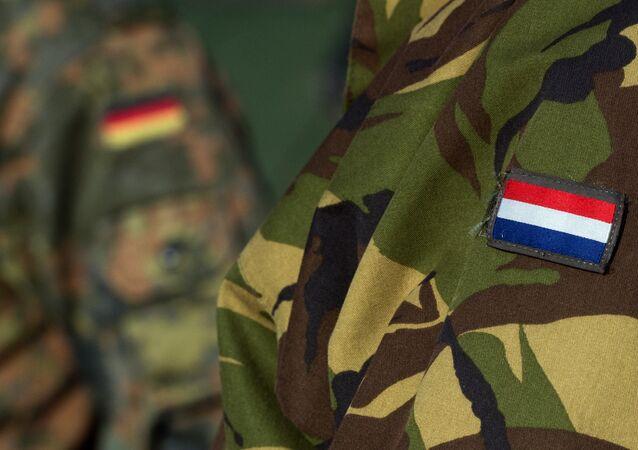 Soldados holandeses e alemãos participam dos exercícios conjuntos no leste da Alemanha, fevereiro de 2016