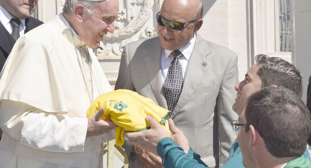 Campeão paralímpico da espada na esgrima em cadeira de rodas, Jovane Guissone entrega presente verde e amarelo ao Papa Francisco