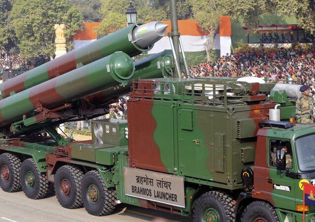 Veículo de lançamento de mísseis BrahMos na parada militar no Dia da República da Índia, Nova Deli, Índia, 2011 (foto de arquivo)