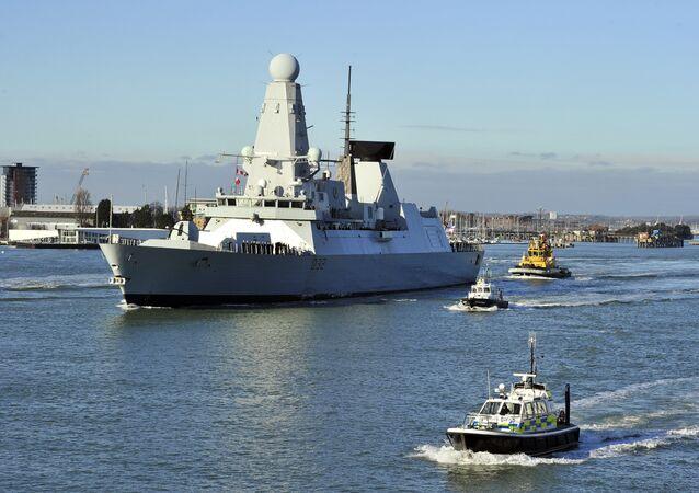Porta-aviões da Marinha Real do Reino Unido HMS Daring parte de porto de Portsmouth, Reino Unido, 2012 (foto de arquivo)