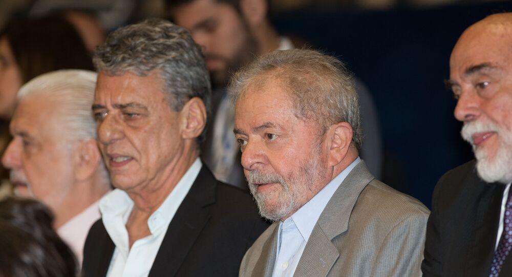 Chico Buarque de Holanda e Lula na sessão do impeachment no senado