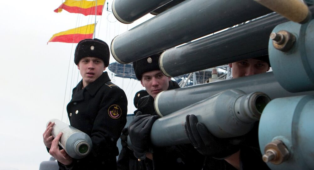 Marinheiros da Frota do Norte russa a bordo do navio antissubmarino Vitse-Admiral Kulakov durante exercícios navais, Rússia (foto de arquivo)
