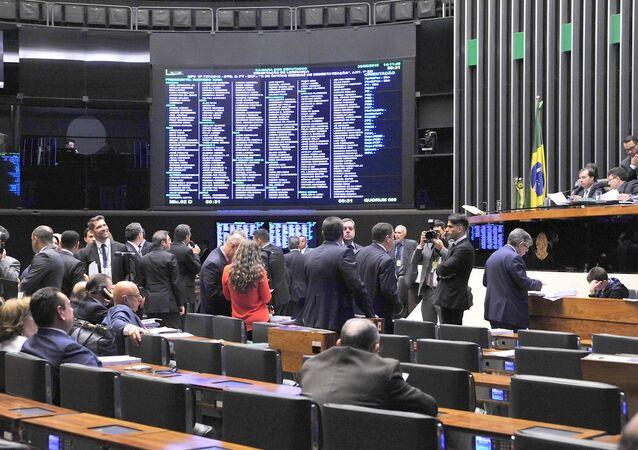 359 deputados votaram a favor do texto principal da PEC