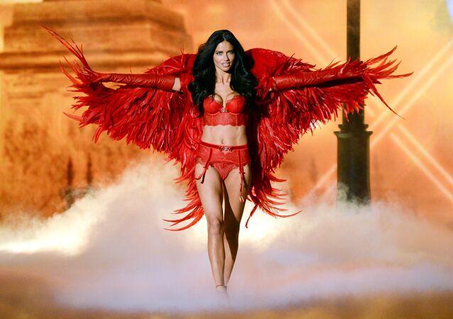 Супермодель Адриана Лима на показе Victoria's Secret Fashion Show в Нью-Йорке