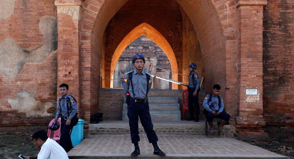 Um grupo de policiais é visto em Bagan, Mianmar, depois do terremoto que sacudiu o país, em 25 de agosto