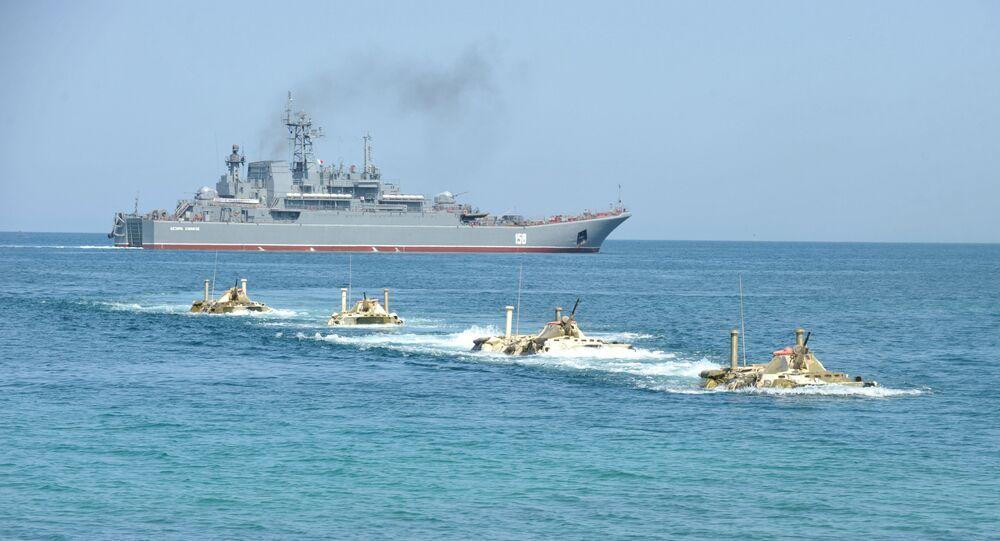 Tropas de desembarque marítima parte do navio Tsezar Kunikov durante exercícios no mar Negro, 2011 (foto de arquivo)