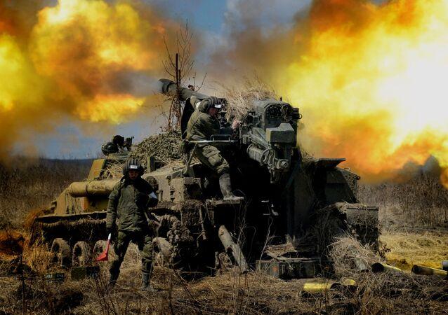 Militares russos lançam fogo da peça de artilharia autopropulsada 2S5 Giatsint durante os exercícios (foto de arquivo)