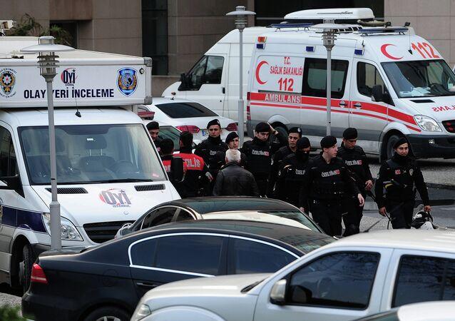 Polícia turca posicionada em frente a um tribunal em Istambul