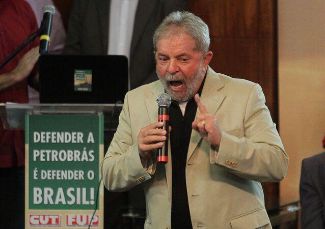 Lula, em ato de defesa da Petrobras.