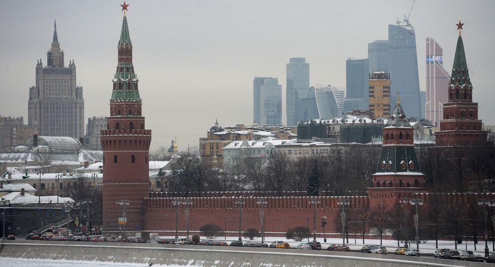 Vista pelo Kremlin de Moscou, Rússia (foto de arquivo)
