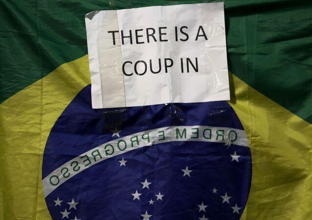 Bandeira brasileira com inscrição Há um golpe no (arquivo)