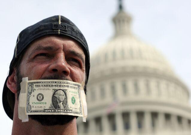 Homem perante o edifício do Congresso norte-americano, Washington, EUA (foto de arquivo)