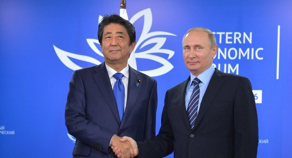 O primeiro-ministro japonês Shinzo Abe durante o encontro com Vladimir Putin nas margens do Fórum Econômico do Oriente em Vladivostok