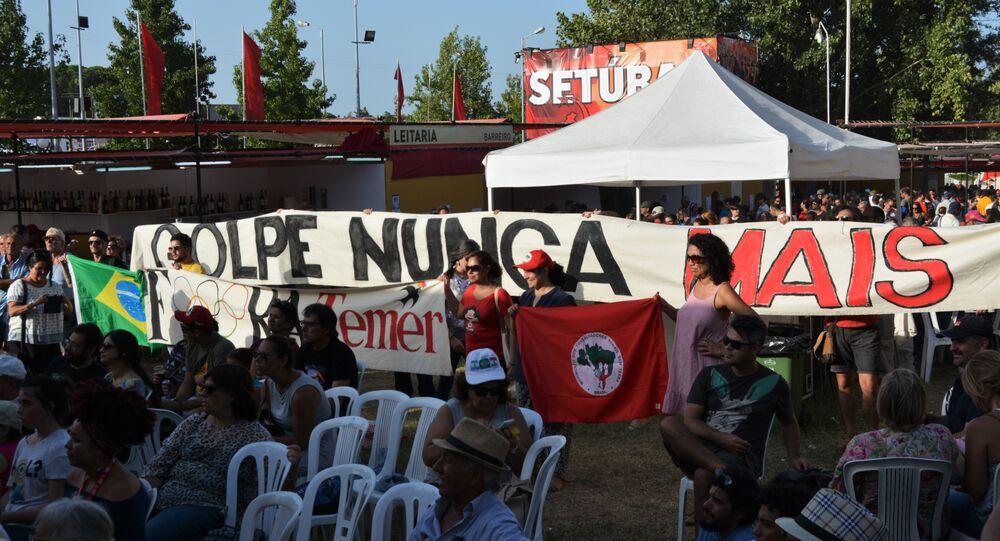 Grupo de brasileiros exibia uma faixa com os dizeres golpe nunca mais
