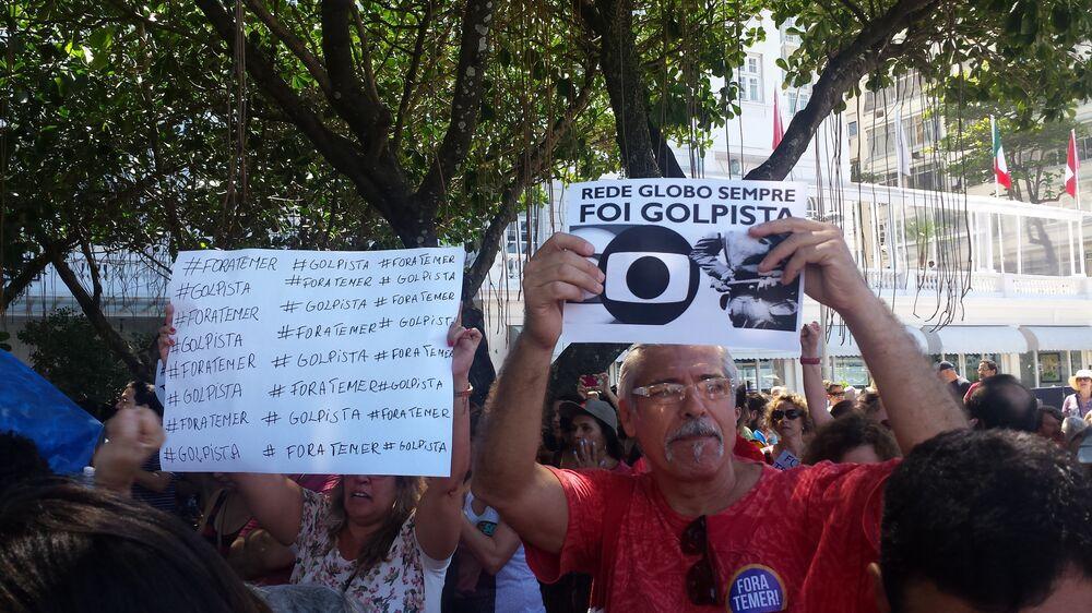 Homem exibe cartaz contra grande mídia brasileira em ato Fora, Temer!