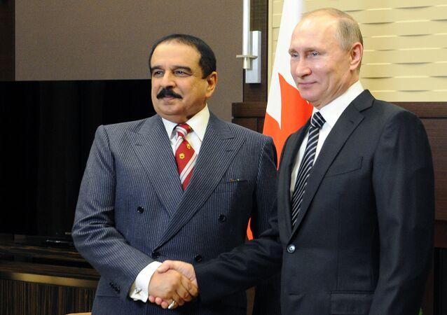 Vladimir Putin com o rei Hamad bin Isa Al Khalifa durante um encontro em Sochi