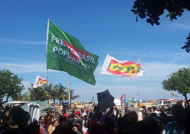 Bandeiras de movimentos populares presentes na manifestação contra Temer em Copacabana