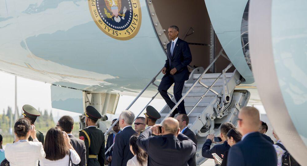 Presidente norte-americano Barack Obama desce do avião no aeroporto de Hwanghae, China, 3 de setembro de 2016