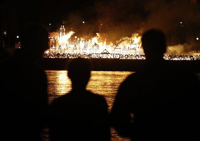 A réplica da cidade de Londres em 1666 queimada no festival London's Burning de 2016