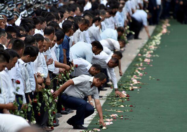 Pessoas prestam homenagem à memória do falecido presidente do Uzbequistão, Islam Karimov