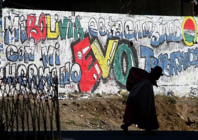 Eslogan en apoyo del presidente Evo Morales pintado en una pared en La Paz, Bolivia, 2014