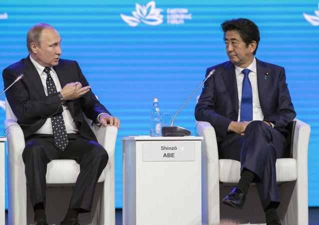 Primeiro-ministro do Japão, Shinzo Abe, e o presidente da Rússia, Vladimir Putin, durante o Fórum Econômico do Oriente, Vladivostok, Rússia, 3 de setembro de 2016