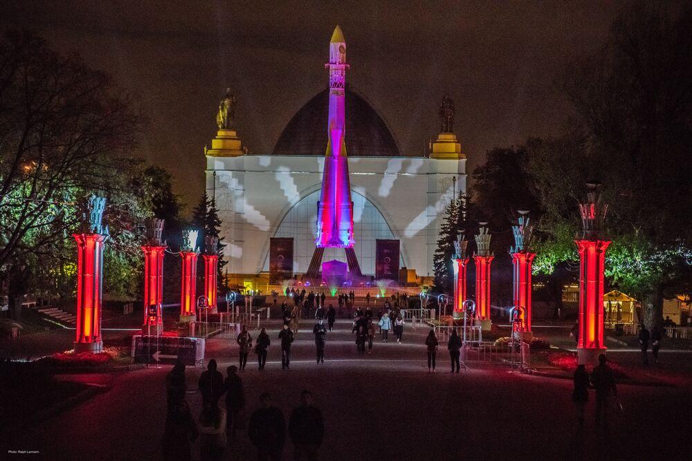 Pavilhão Principal da Exposição das Realizações da Economia Nacional (VDNKh) durante o Festival Internacional Círculo de Luz em Moscou em 2015