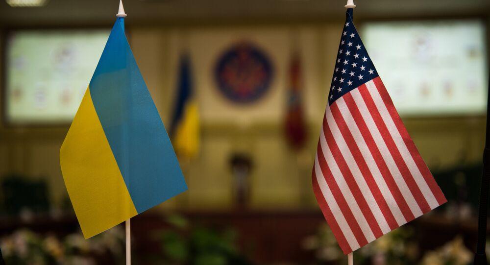 Bandeiras nacionais de Ucrânia e EUA