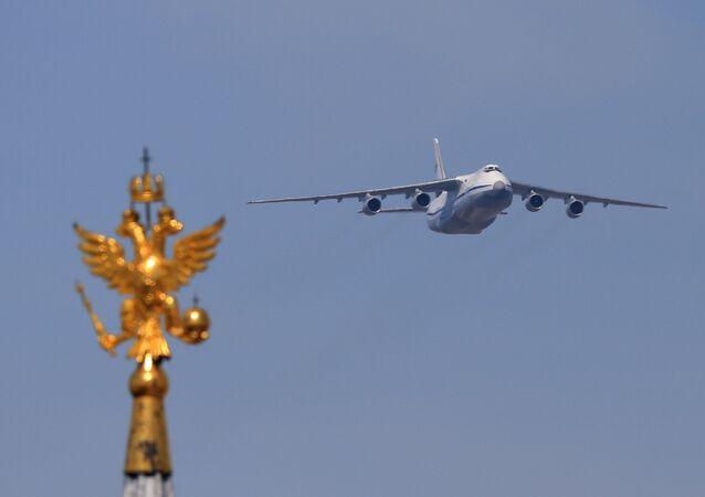 Avião de transporte An-124-100 Ruslan na Parada da Vitória em Moscou, Rússia, 9 de maio de 2016