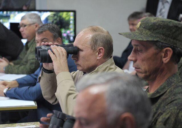 Vladimir Putin observa exercícios Kavkaz-2012 (foto de arquivo)
