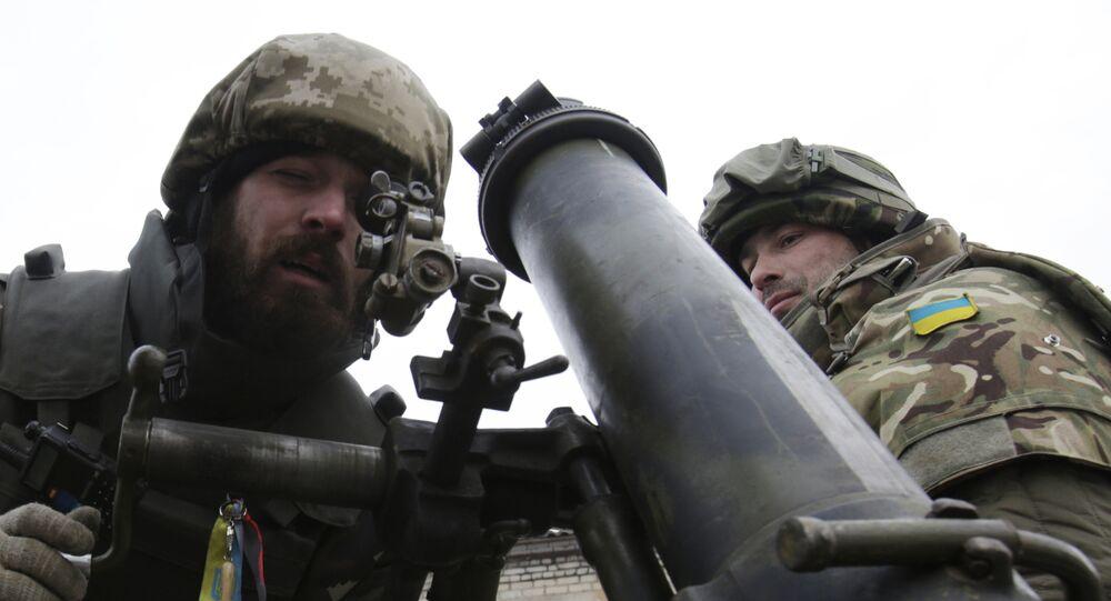 Militares ucranianos junto a um morteiro na aldeia de Peski, região de Donbass