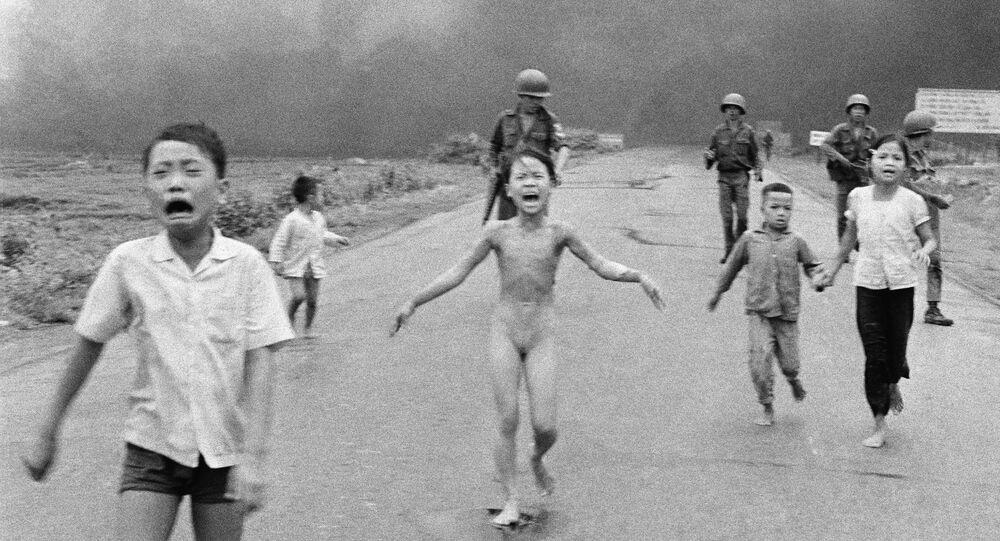 Garota foge de ataque de napalm no Vietnã - foto de 8 de junho de 1972