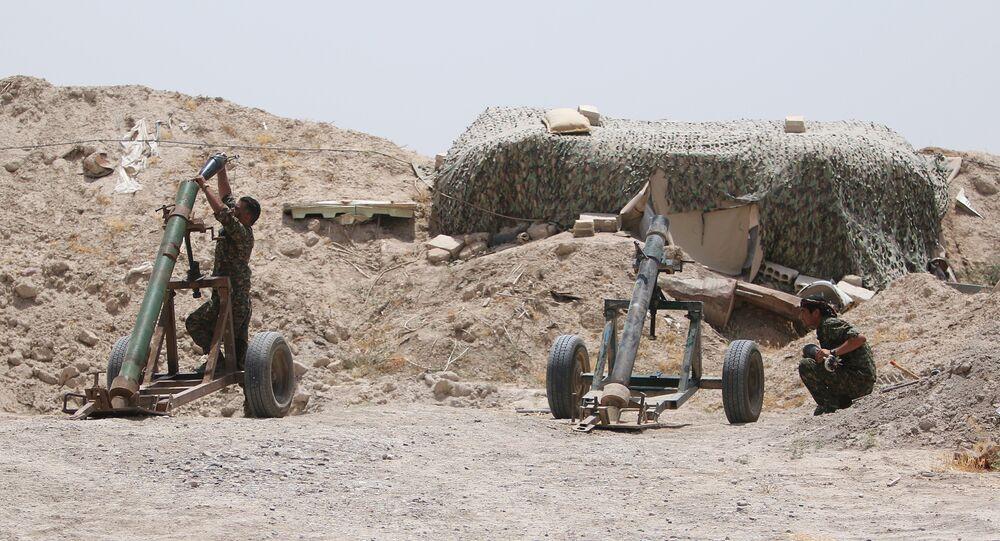 Combatentes das Forças Democráticas da Síria se preparam para disparar contra posições do Daesh na província de Raqqa, na Síria
