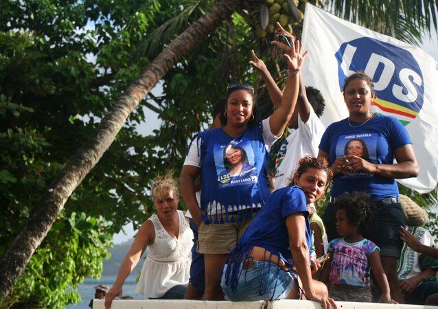 Partidários da LDS celebram em Port Victora a vitória nas eleições parlamentares após 40 anos de poder do do Parti Lepep