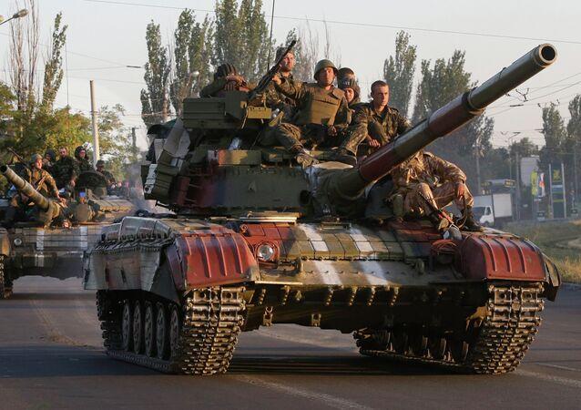 Soldados do exército da Ucrânia em tanques na cidade de Mariupol