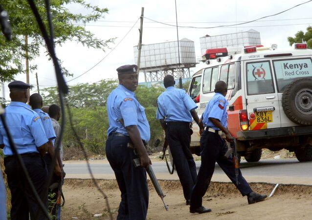 Policiais quenianos agem contra invasores da Universidade de Garissa.